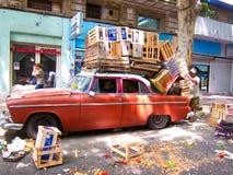 Oldtimer rouge emballé avec les caisses en bois Image stock