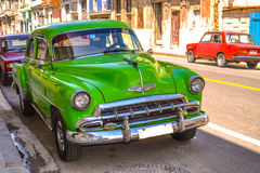 Oldtimers und Retro- Autos in Kuba lizenzfreie stockfotografie