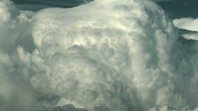 Oleada gigante de las nubes en- el cielo