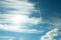 Oleadas en un cielo azul del verano Foto de archivo