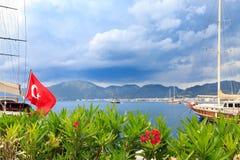 Oleanderów kwiaty i turecka flaga w porcie morskim marmaris dowcip Obrazy Royalty Free