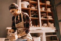 Oleiro fêmea na oficina da cerâmica imagem de stock royalty free