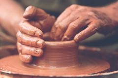 oleiro que faz o potenciômetro cerâmico na roda da cerâmica imagens de stock royalty free