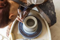 Oleiro que faz o potenciômetro ou o vaso cerâmico na roda da cerâmica Fotos de Stock Royalty Free