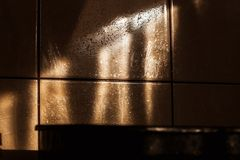 Olej bryzgający nad płytkami w kuchni obraz stock