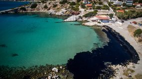 Olej, przepuszczający od sinked statku, przychodzi na ląd w Salamina wyspie n Fotografia Royalty Free