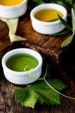Oleje, pikantności ahd ziele wybór Winogrona, oliwki i kukurydzanych olejów świezi ziele, cytryny pieprzą CSelective ostrość Obraz Royalty Free