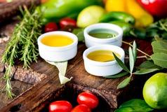 Oleje, pikantności ahd ziele wybór Winogrona, oliwki i kukurydzanych olejów świezi ziele, cytryny pieprzą CSelective ostrość Zdjęcie Royalty Free