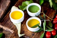 Oleje, pikantności ahd ziele wybór Winogrona, oliwki i kukurydzanych olejów świezi ziele, cytryny pieprzą CSelective ostrość Obrazy Royalty Free