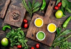Oleje, pikantności ahd ziele wybór Winogrona, oliwki i kukurydzanych olejów świezi ziele, cytryny pieprzą Odgórny widok Zdjęcia Stock