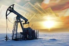 oleju gazowego przemysłu Praca nafcianej pompy dźwigarka na polu naftowym whit obraz royalty free