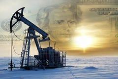 oleju gazowego przemysłu Praca nafcianej pompy dźwigarka na polu naftowym whit fotografia stock