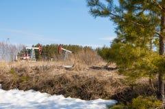 oleju gazowego przemysłu Praca nafcianej pompy dźwigarka na polu naftowym whit obrazy royalty free