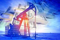 oleju gazowego przemysłu Praca nafcianej pompy dźwigarka na polu naftowym whit zdjęcie royalty free