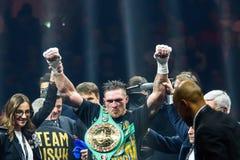 Oleksandr Usyk efter seger, under världen som boxas halv sista kamp för toppen serie Arkivfoton