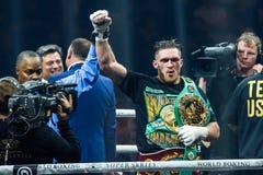 Oleksandr Usyk firar seger efter världen som boxas halv sista kamp för toppen serie Royaltyfri Bild