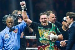 Oleksandr Usyk meddelar som vinnaren av den halva sista kampen för den toppna serien Royaltyfri Bild
