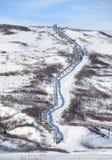 Oleoducto en el rango de Alaska en resorte Foto de archivo libre de regalías