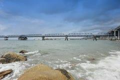 Oleoductos y puente de la playa Imagen de archivo libre de regalías