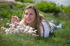 Oler las flores fotografía de archivo