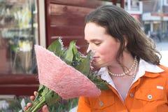 Oler las flores Fotos de archivo libres de regalías