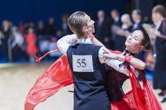 Oleshkevich达尼尔和Bashlaminova奥尔加执行少年1标准欧洲节目 库存照片