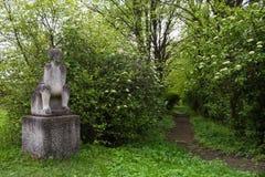 Olesko,乌克兰- 2017年5月02日:石雕塑在Olesko城堡的庭院公园,利沃夫州地区,乌克兰 库存图片
