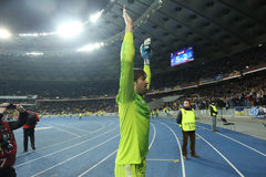 Olexandr Shovkovskiy画象,当他在UEFA欧罗巴16在发电机之间时的秒腿比赛以后同盟回合祝贺他的爱好者 库存图片