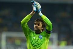 Olexandr Shovkovskiy画象,当他鼓掌对他的爱好者在UEFA欧罗巴16在发电机a之间时的秒腿比赛以后同盟回合  图库摄影