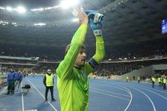 Olexandr Shovkovskiy画象,当他鼓掌对他的爱好者在UEFA欧罗巴16在发电机a之间时的秒腿比赛以后同盟回合  免版税图库摄影