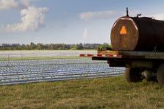 Olf rocznika ciągnik na kultywującej ziemi Fotografia Royalty Free