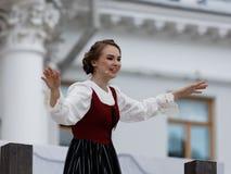 Olga Cheremnykh i operan prickskytten utomhus Royaltyfri Foto