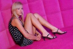Olga dans une salle rose Photo libre de droits
