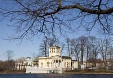 Olga Pavilion på ön i det Olga dammet, förort av St Petersburg, Peterhof doesn` t tillhör ett slottkomplex Arkivfoton