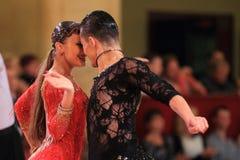 Olga Voronina en Dmitry Bayanov - Latijns ballroom dansen Stock Fotografie