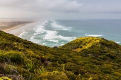 Olhando abaixo da praia de 90 milhas, Northland fotos de stock