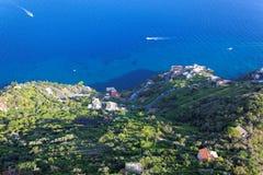 Olhando abaixo de um penhasco íngreme ao longo da costa de Amalfi, Ravello, Itália Fotografia de Stock