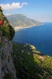 Olhando abaixo de um penhasco íngreme ao longo da costa de Amalfi, Ravello, Itália imagens de stock