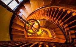 Olhando abaixo de uma escadaria espiral na biblioteca de Handley, Winchest Imagens de Stock Royalty Free