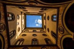 Olhando acima através do vestíbulo aberto, Florença, Itália imagem de stock