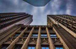 Olhando acima em construções altas e em um céu nebuloso em Philadelphfia, P Imagens de Stock