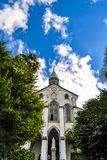 Olhando acima a igreja de Oura em um dia ensolarado imagem de stock