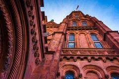 Olhando acima no castelo de Smithsonian, em Washington, C.C. Imagens de Stock Royalty Free