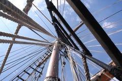 Olhando acima o mastro no equipamento - perspectiva forte do navio de navigação Fotografia de Stock Royalty Free