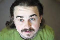 Olhando acima o retrato de sorriso do homem novo com barba Foto de Stock