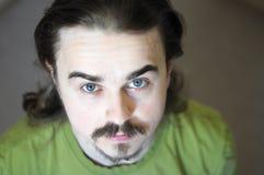 Olhando acima o retrato do homem novo com barba Imagem de Stock