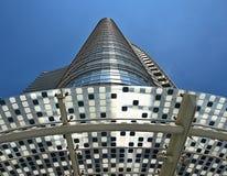 Olhando acima um arranha-céus alto em Milão imagem de stock