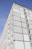 Olhando acima uma construção da multi-história Foto de Stock Royalty Free