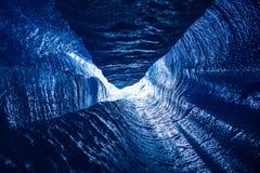 Olhando acima uma passagem vertical de um moulin profundo dentro de uma geleira imagem de stock royalty free