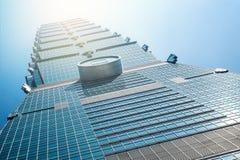 Olhando acima a vista de Taipei 101, o marco de Taiwan, reflete luzes do céu azul e do sol Fotos de Stock